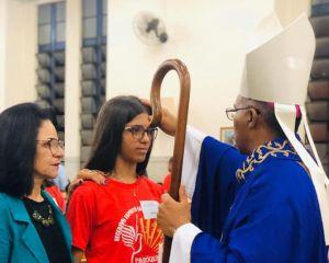 PARÓQUIA DE SANT'ANA DE VARGINHA CELEBRA O SACRAMENTO DA CRISMA