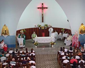 """""""DOM PEDRO ADMINISTRA CRISMA NA PARÓQUIA SÃO SEBASTIÃO, EM PASSA QUATRO"""""""